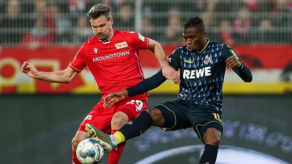 Berlins Michael Parensen und Kölns Kingsley Ehizibue (l-r.) im Zweikampf um den Ball. Foto: Andreas Gora/dpa