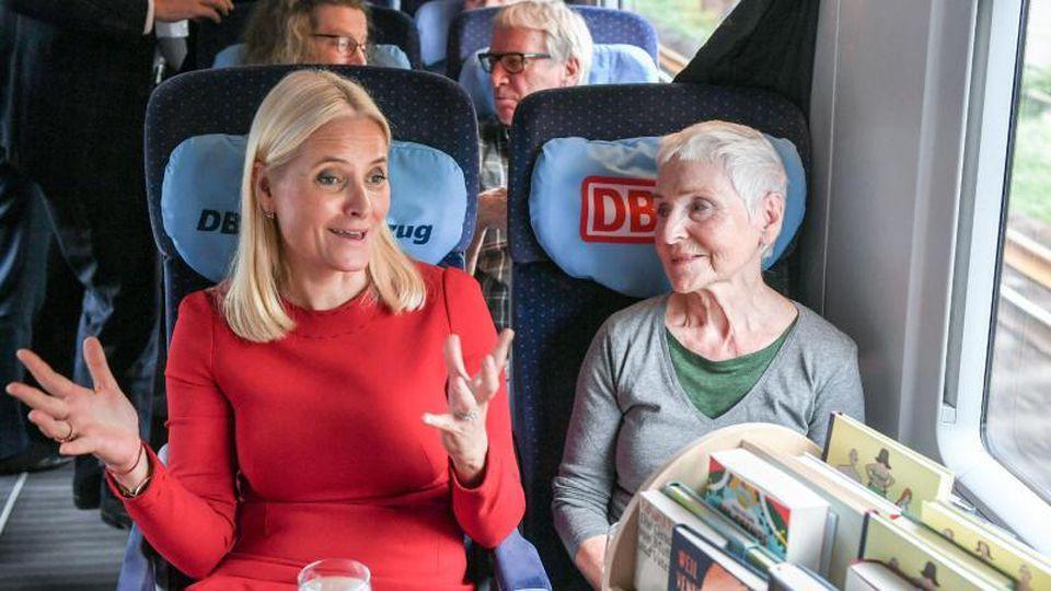 Kronprinzessin Mette-Marit unterhält sich im Literaturzug mit der Schriftstellerin Herbjorg Wassmo. Foto: Jens Kalaene/dpa-Zentralbild/dpa