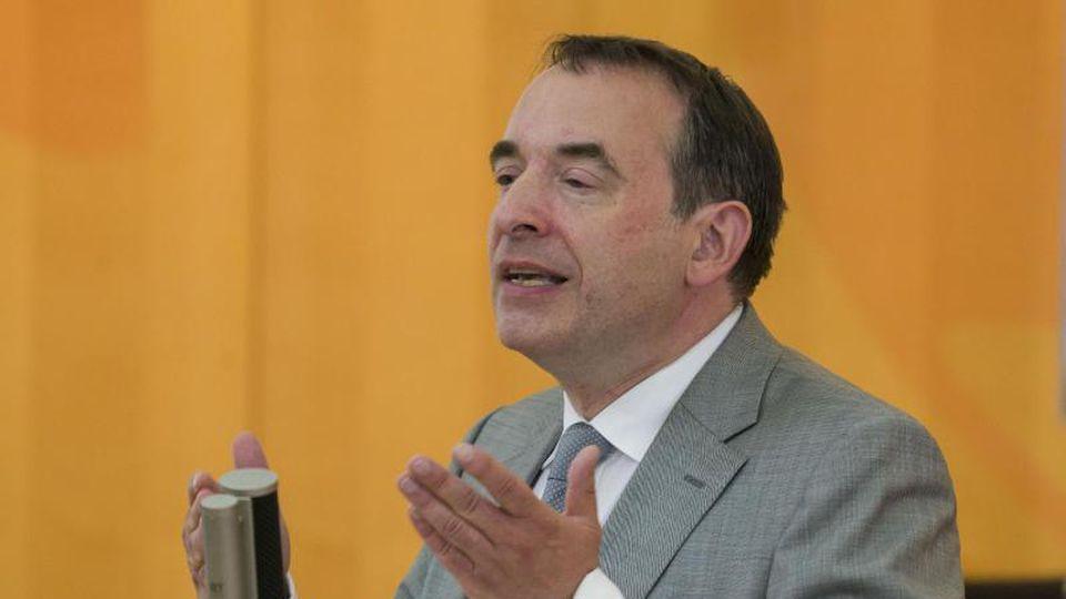 Der hessische Kultusminister Alexander Lorz (CDU) spricht im Landtag. Foto: Frank Rumpenhorst/dpa/Archivbild