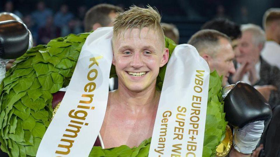 Der Hamburger Boxer Sebastian Formella bejubelt seinen Sieg. Foto: Axel Heimken/dpa