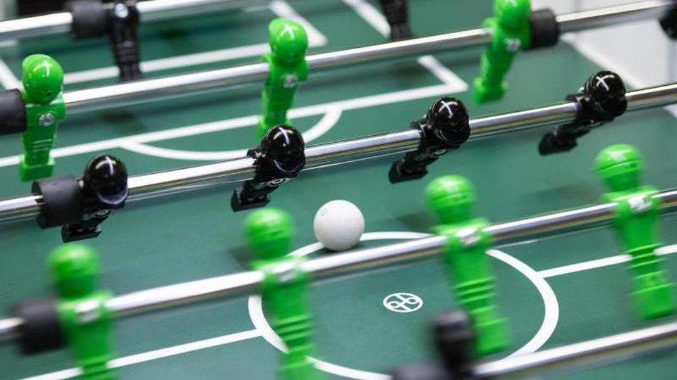 Tischfußballfiguren bewegen sich an ihren Stangen während der Deutschen Meisterschaft im Tischfußball. Foto: Daniel Reinhardt/dpa/Archiv