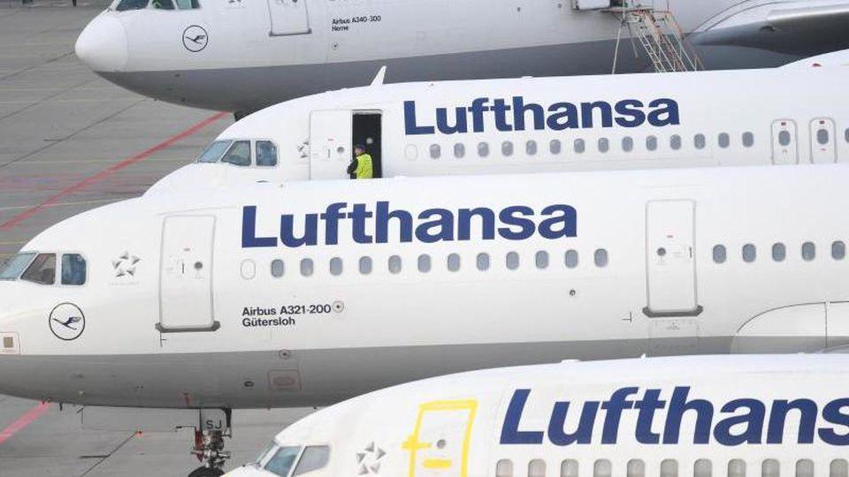 Lufthansa-Maschinen parken am Flughafen von Frankfurt am Main am Rande des Vorfeldes. Foto: Arne Dedert/Archiv