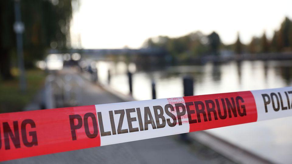 Polizeiabsperrung am Fundort einer Leiche, die aus der Havel geborgen wurde, Potsdam, 22. Oktober 2019. Es handelt sich um die seit Tagen vermisste 15-jährige Britney. Potsdam: Polizei birgt Leiche von Britney  Police barrier at the site of a body r