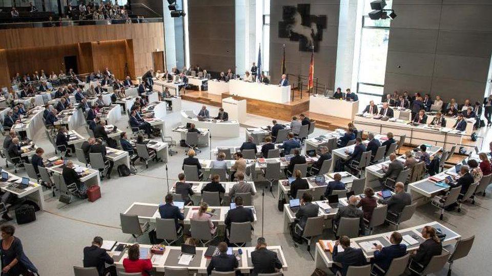 Die Abgeordneten sitzen im Niedersächsischen Landtag. Foto: Sina Schuldt/dpa