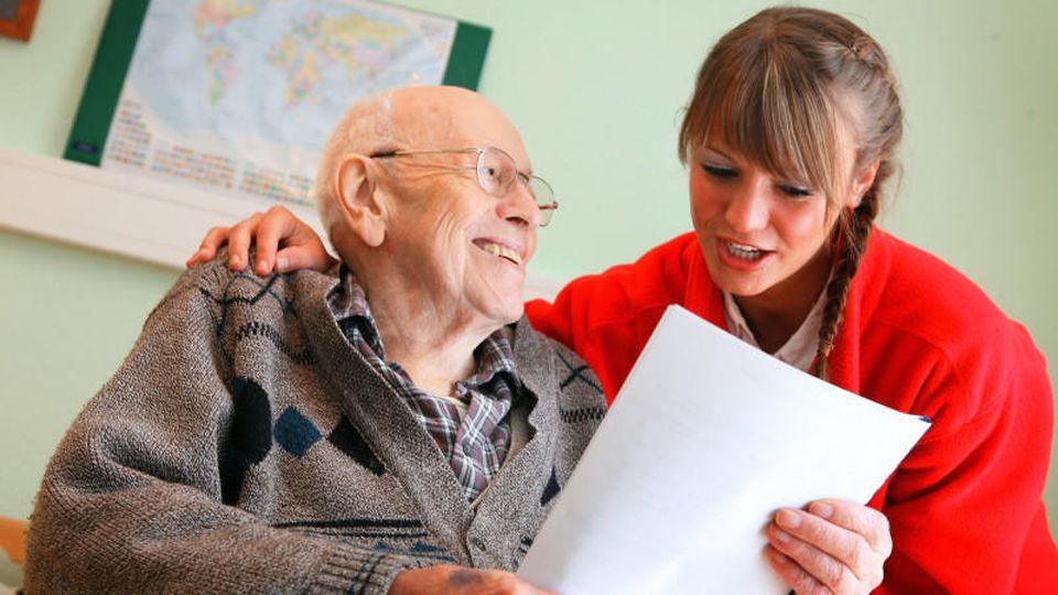 Werden unsere Eltern älter, ändert sich vieles - auch wer für wen zahlen muss.