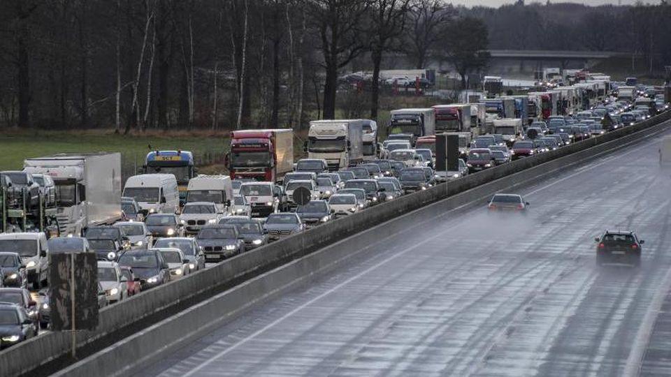 Autos und Lkws stehen auf der A7 kilometerweit im Stau. Foto: dpa