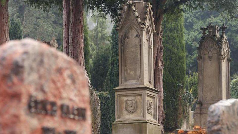 Der aus Sandstein gefertigte Grabstein (M) der Familie Friedrich Engels Senior strahlt wieder in neuem Glanz. Foto: Roland Weihrauch/Archivbild