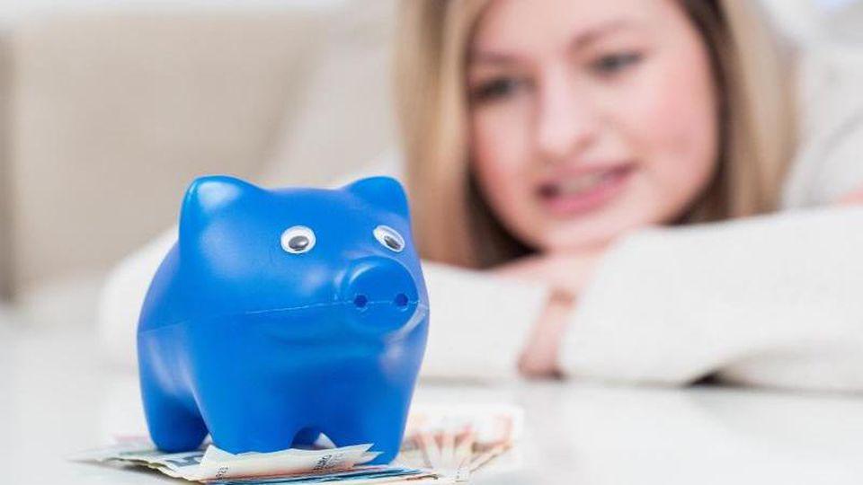 Geld für das Alter beiseite legen müssen viele. Doch wie hoch der Sparbetrag sein muss, ist bei jedem Sparer unterschiedlich. Faustformeln können Orientierung geben. Foto: Christin Klose