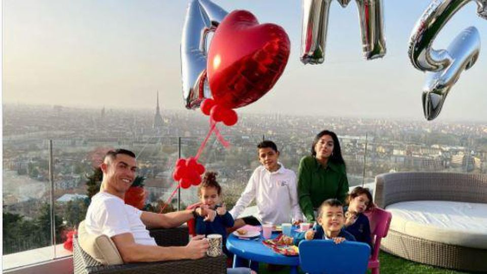 Cristiano Ronaldo feiert mit seiner Familie