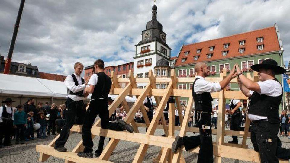 """Zimmerleute zeigen beim """"Tag des Handwerks"""" Thüringen vor dem Rathaus den traditionellen """"Zimmererklatsch"""". Foto:arifoto/AG/Archiv"""
