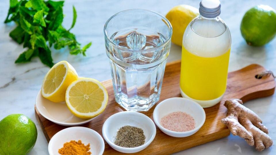 Mit Hilfe von Gewürzen und frischem Obst wird Mineralwasser zum gesunden Detox-Mittel.