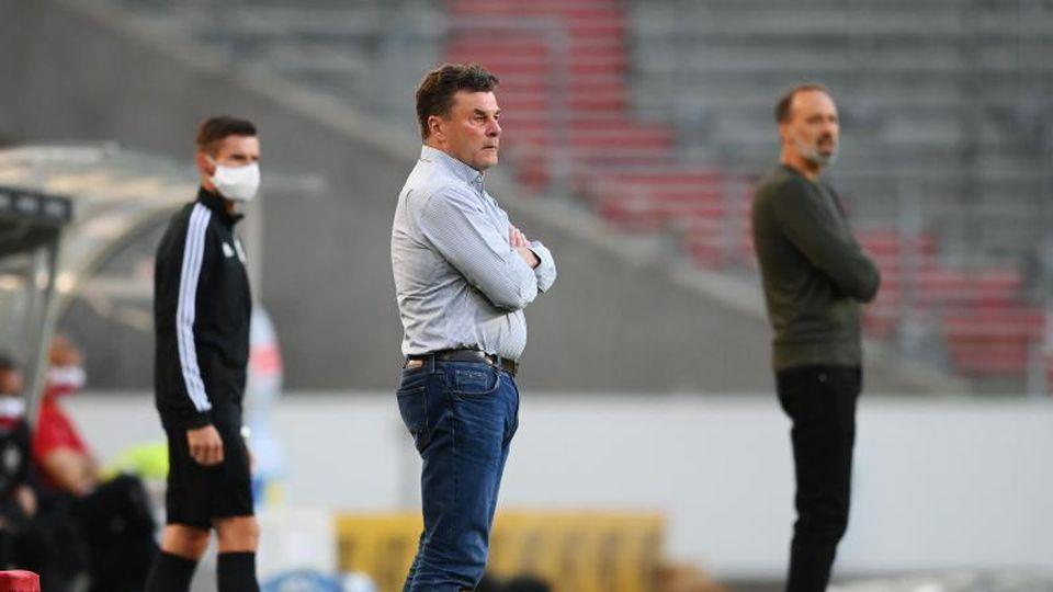 Dieter Hecking (M), Trainer von Hamburg und Pellegrino Matarazzo, Trainer von Stuttgart beobachten das Spiel. Foto: Matthias Hangst/Getty Images Europe/Pool/dpa