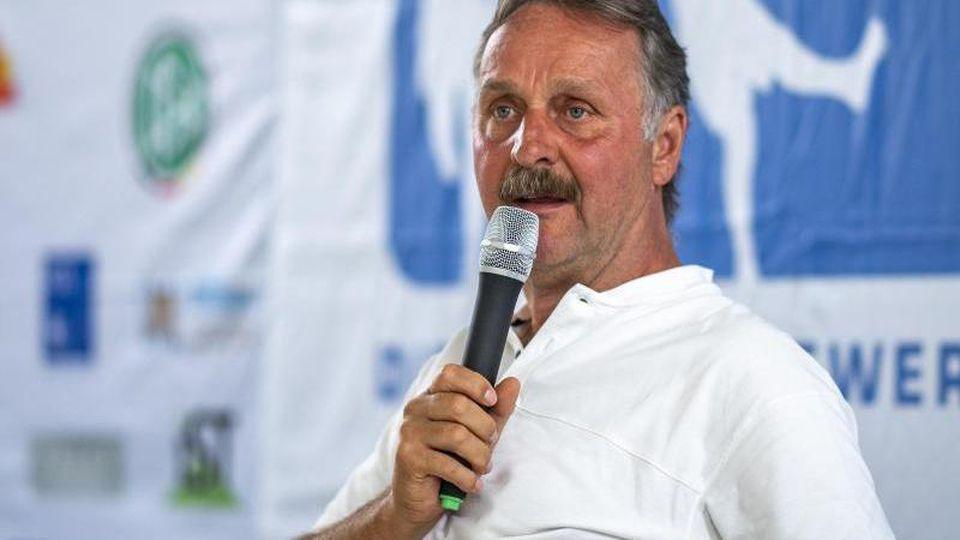 Trainer Peter Neururer während einer Pressekonferenz. Foto: David Inderlied/dpa