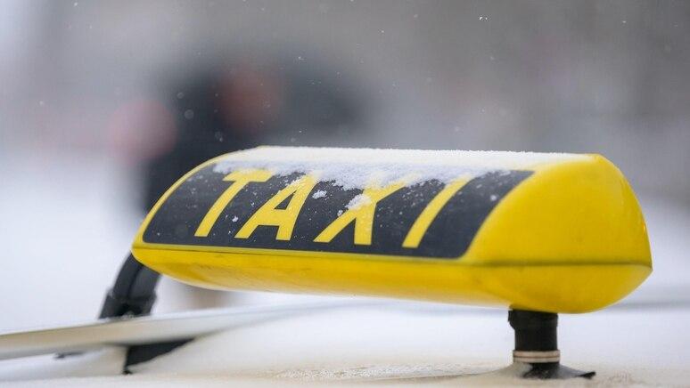 Für drei junge Männer endet die Taxifahrt auf dem Polizeirevier.