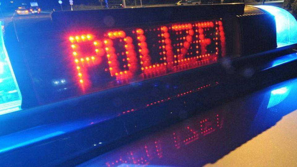 """Die Aufschrift """"Polizei"""" an einem Polizeifahrzeug. Foto: Patrick Seeger/dpa/Symbolbild"""