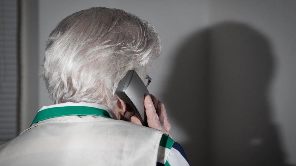 Die Betrüger rufen über das Telefon bei ihren opfern an.
