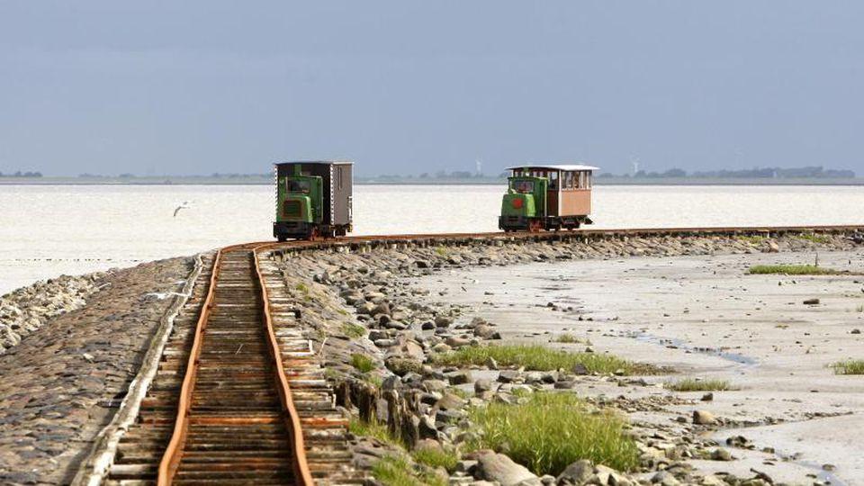 Zwei Loren fahren auf den Schienen des Lorendamms. Foto: Marcus Brandt/Archiv