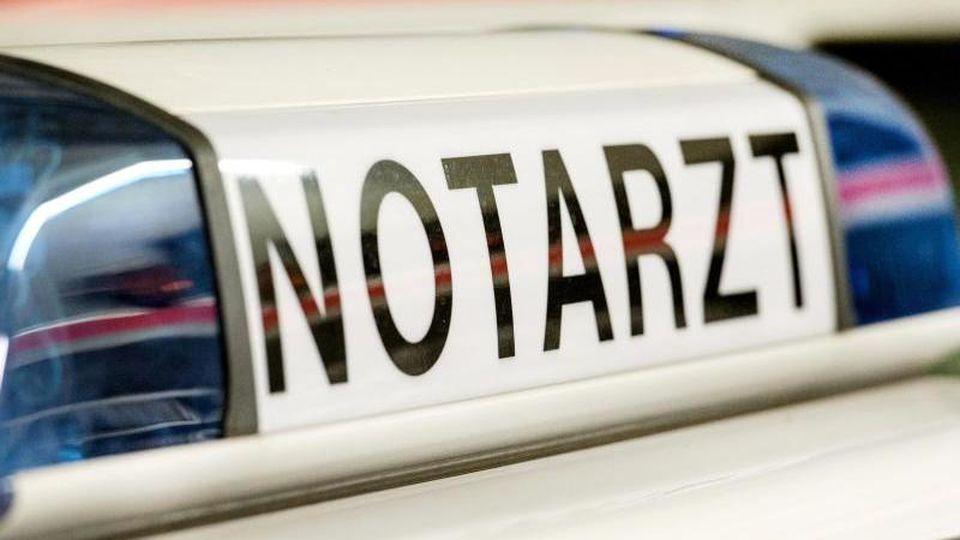"""Das Logo """"Notarzt"""" ist an einem Notarzteinsatzfahrzeug zu sehen. Foto: Patrick Seeger/dpa/Archivbild"""