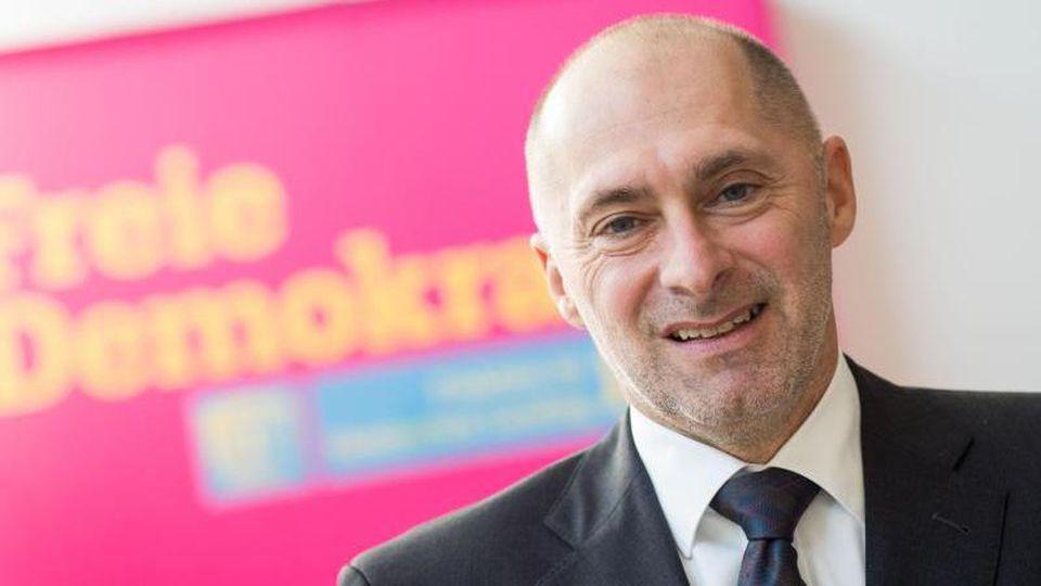 Der hessische FDP-Fraktionsvorsitzende René Rock setzt sich für schnellere Lockerungen für Geimpfte ein.