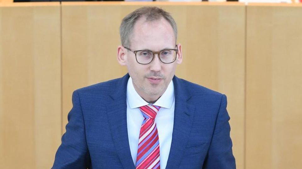 Hessens Sozialminister Kai Klose (Grüne) spricht bei einer Plenarsitzung. Foto: Arne Dedert/dpa/Archivbild