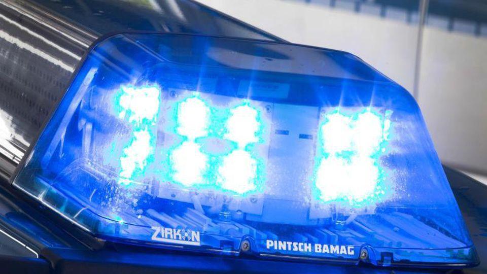 Ein Blaulicht leuchtet auf dem Dach eines Polizeiautos. Foto: Friso Gentsch/dpa/Archivbild