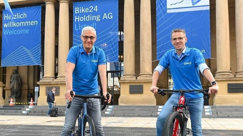 Andres Martin-Birner (l), Gründer von Bike24, und Timm Armbrust vor dem Börsensaal in Frankfurt. Foto: Martin Joppen/Deutsche Börse AG/dpa