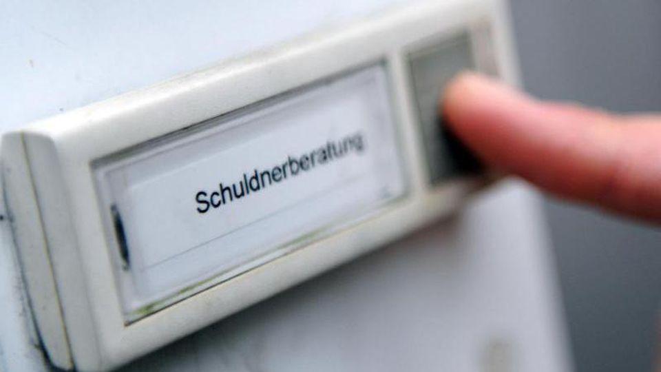 Ein Mann klingelt bei einer Schuldner- und Insolvenzberatungsstelle. Foto: Angelika Warmuth/dpa