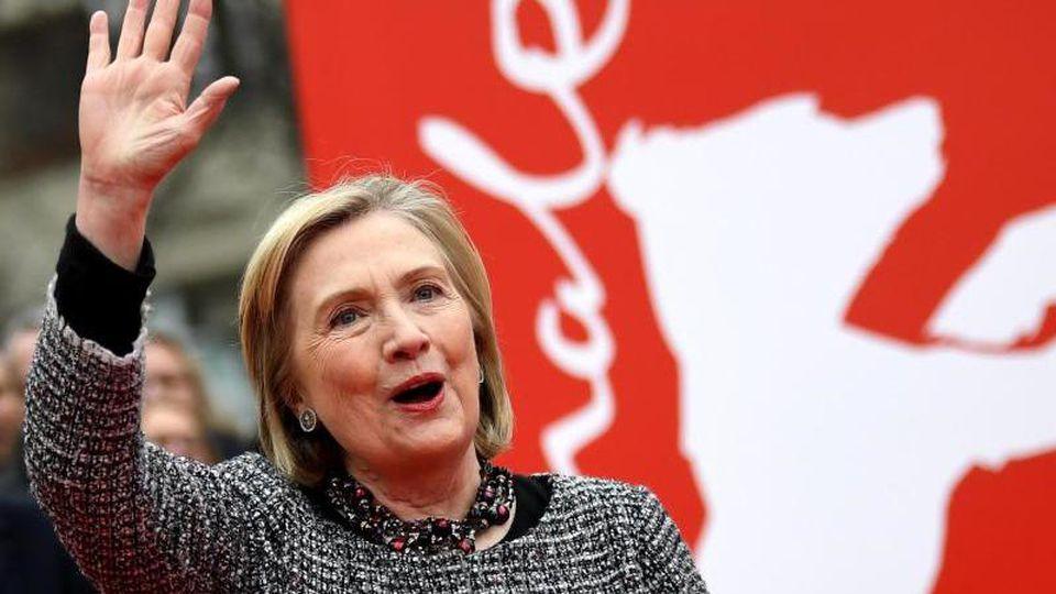 Hillary Clinton, Politikerin und ehemalige Außenministerin der USA, grüßt von der Berlinale. Foto: Britta Pedersen/dpa-zentralbild/dpa