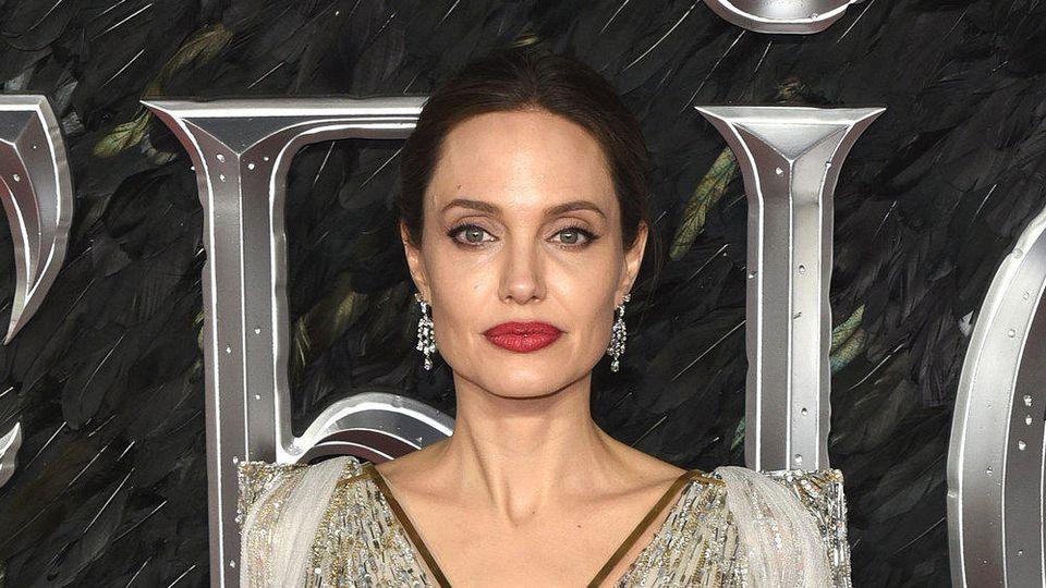 """Bei der Premiere von """"Maleficent: Mächte der Finsternis"""" in London erschien Angelina Jolie in einem glamourösen weißen Kleid"""