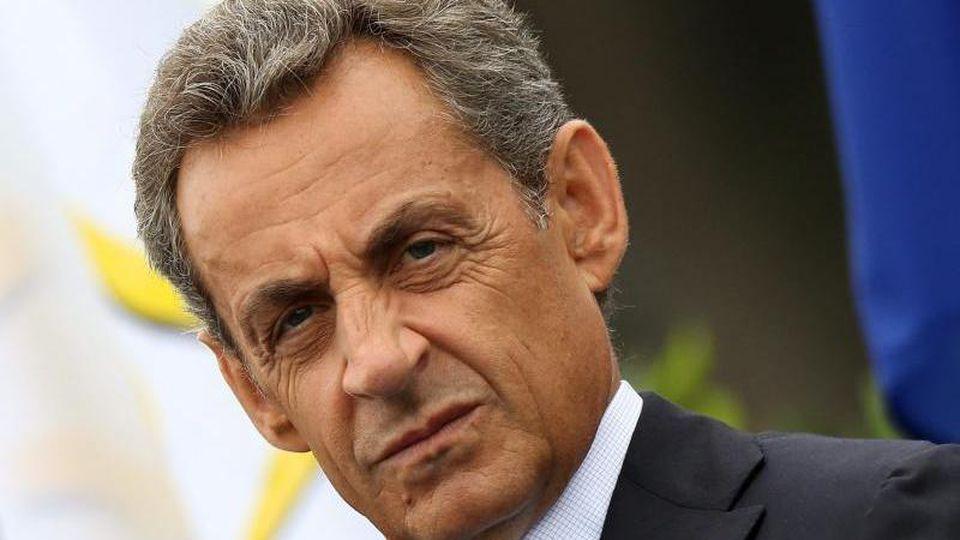 Nicolas Sarkozy verlässt den Gerichtssaal in Paris. Foto: Michel Euler/AP/dpa