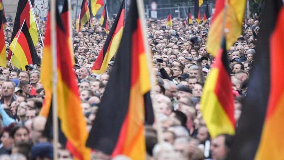Nach der Messerattacke vor einem Jahr: Demonstration von AfD und Pegida, der sich auch die Teilnehmer der Kundgebung der rechtspopulistischen Bürgerbewegung Pro Chemnitz anschlossen. Foto: Ralf Hirschberger/Archiv
