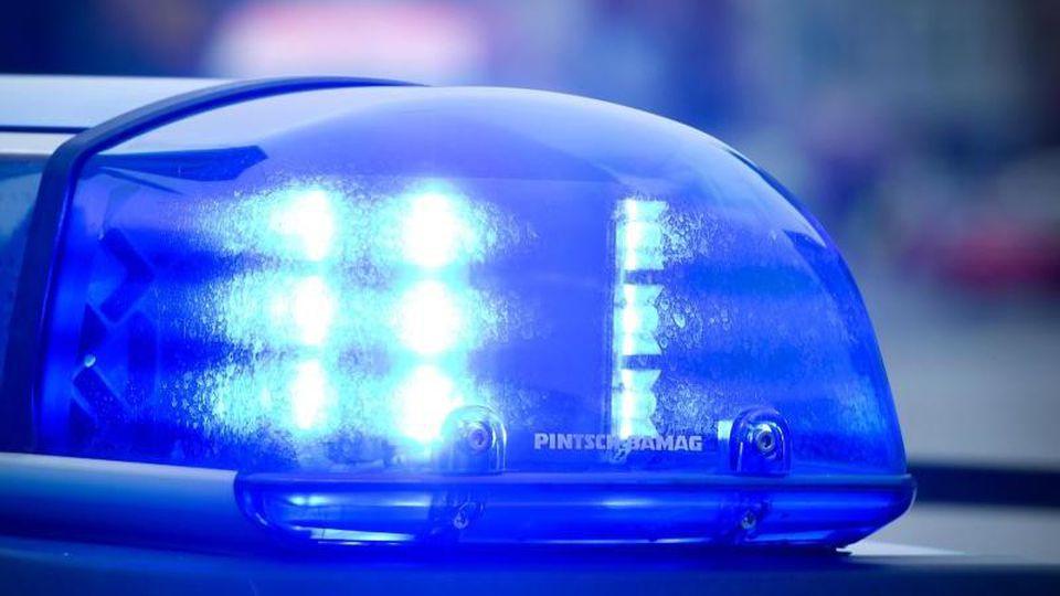 Das Blaulicht auf einem Polizeiauto leuchtet. Foto: Patrick Pleul/dpa/Symbolbild/Archiv