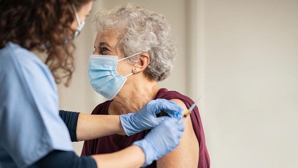 Menschen mit komplettem Impfschutz kommen in den Genuss von mehr Lockerungen.