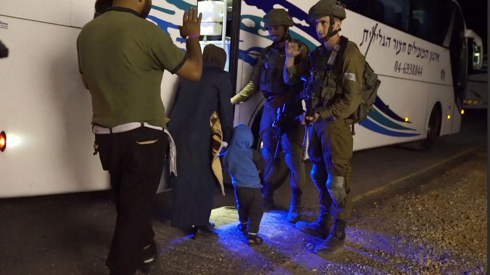 HANDOUT - Datum unbekannt, Ort unbekannt: Das Standbild aus einem Video, das die israelische Armee herausgegeben hat, zeigt Menschen, die von israelischen Soldaten vor den Kämpfen in Syrien in Sicherheit gebracht werden. Das israelische Militär teil