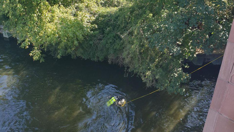 Berlin-Moabit: Mann erschossen - Taucher suchen in der Spree nahe des Kleinen Tiergartens nach Beweismitteln