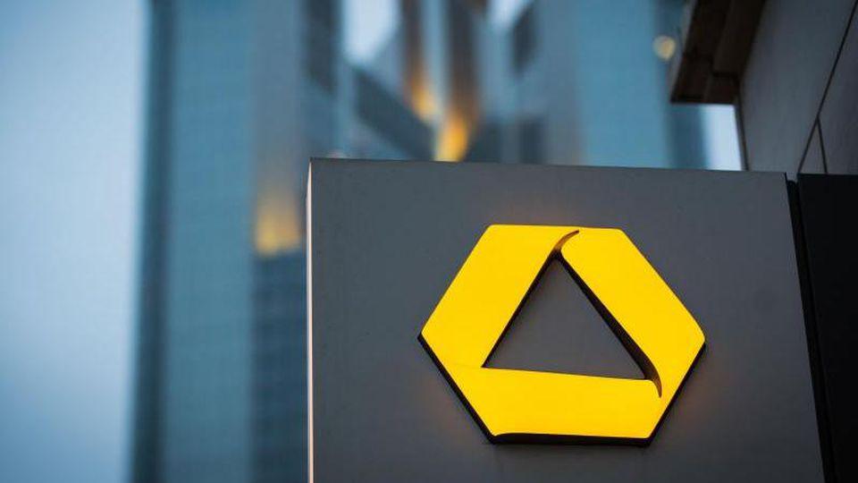 Der Aufsichtsrat der Commerzbank steht vor schwierigen Personalentscheidungen. Foto: Frank Rumpenhorst/dpa