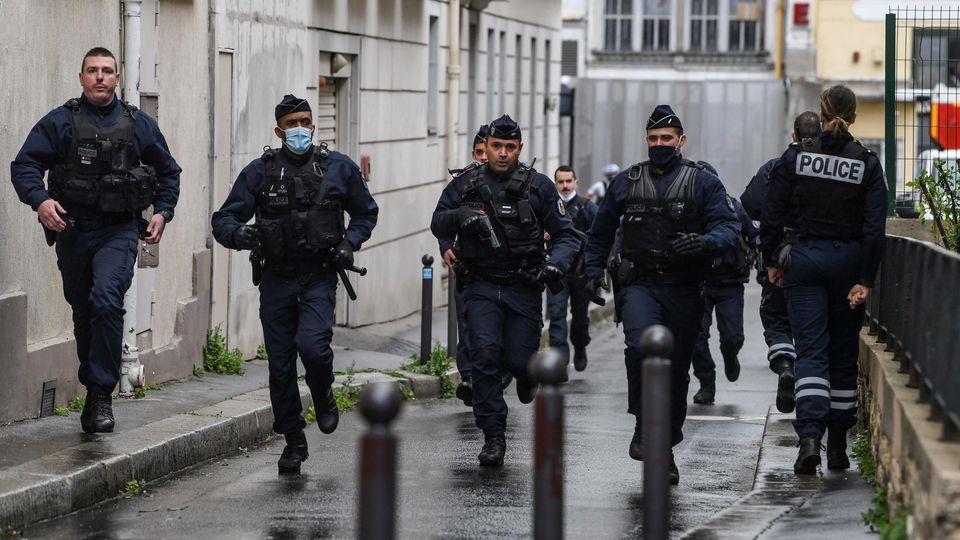 Der 18-jährige Hauptverdächtige der Messerattacke von Paris hat Medienberichten zufolge ein Geständnis abgelegt.