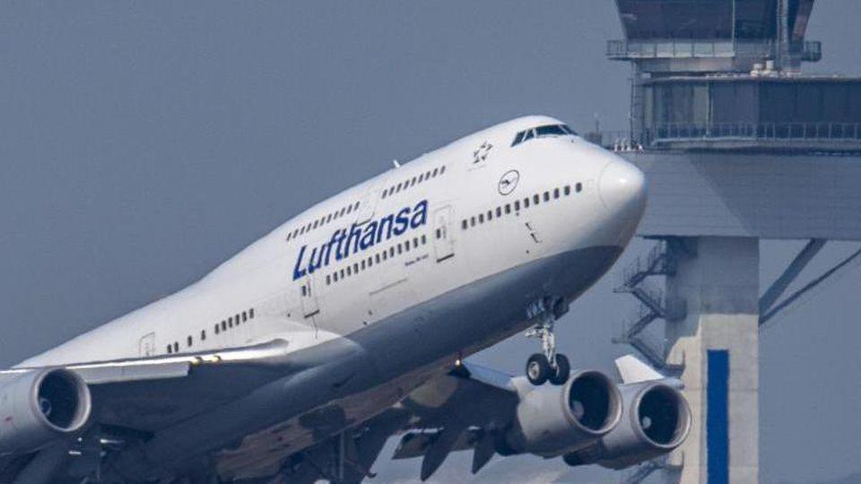 Eine Boeing 747 der Lufthansa startet zu einem Transatlantikflug. Foto: Boris Roessler/dpa/Archivbild