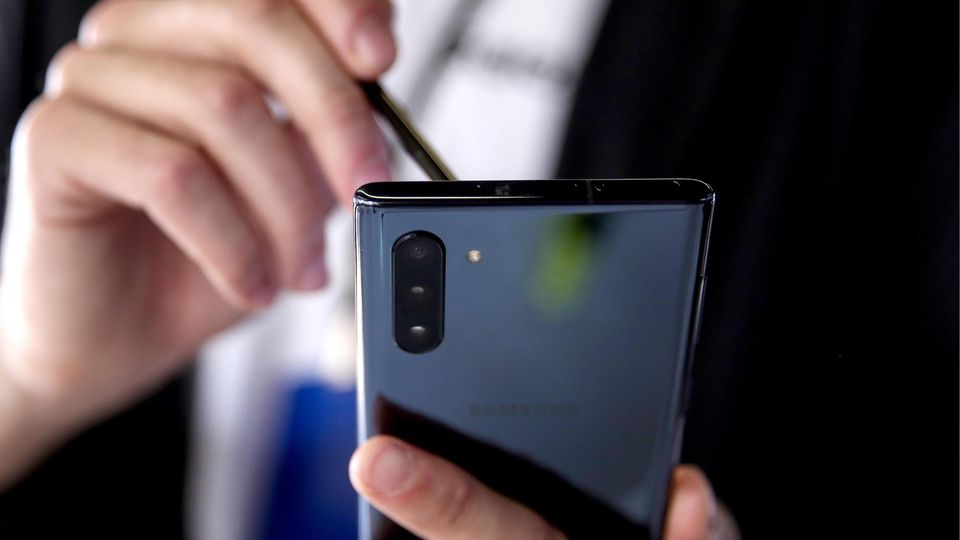 MOSCOW, RUSSIA – AUGUST 8, 2019: Unveiling a Samsung Galaxy Note 10 smartphone with a 6.3-inch screen and an upgraded S-Pen stylus, at Moscow s Gorky Park. Valery Sharifulin/TASS PUBLICATIONxINxGERxAUTxONLY TS0B5CE5