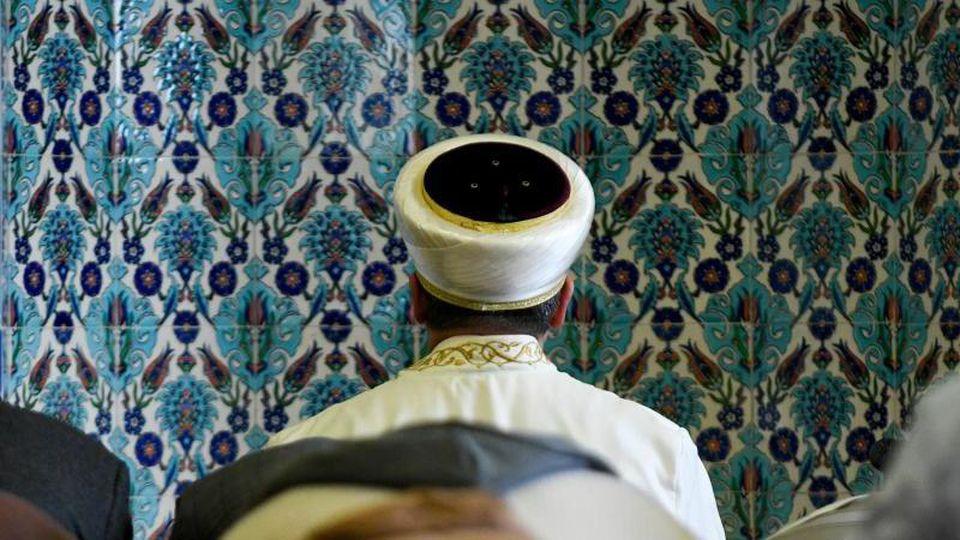 Ein Imam betet in der Centrum-Moschee Hamburg. Foto: Axel Heimken