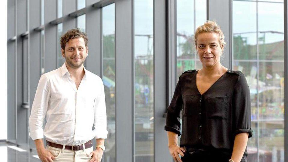 Felix Banaszak und Mona Neubauer lächeln über ihre Wiederwahl als Landesvorsitzende der NRW-Grünen. Foto: Caroline Seidel/dpa