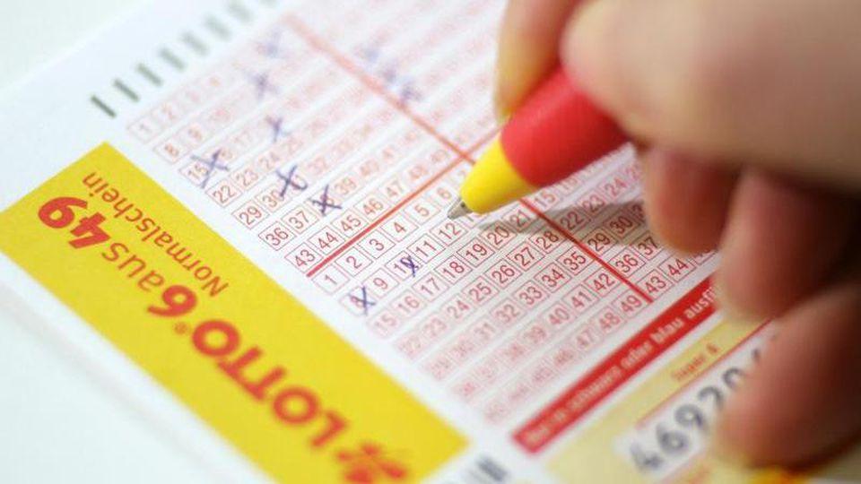 Ein Lotto-Schein wird ausgefüllt. Foto: Jens Wolf/Archivbild