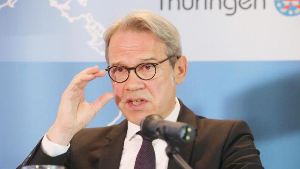 Georg Maier (SPD), Thüringens Innenminister, spricht auf einer Pressekonferenz. Foto: Bodo Schackow/dpa/Archivbild
