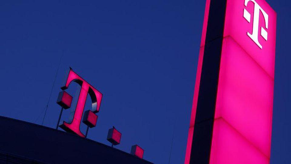 Das Logo der Deutschen Teleom leuchtet auf dem Dach der Unternehmenszentrale in Bonn. Foto: Oliver Berg
