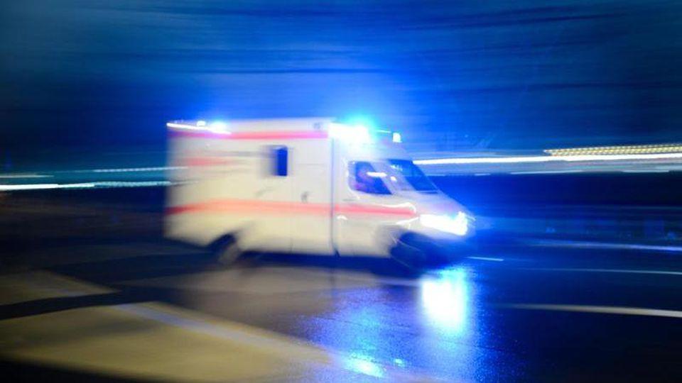Krankenwagen mit Blaulicht. Foto: Lukas Schulze/Archivbild