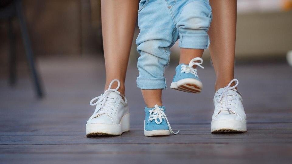 Die ersten Schritte sind für Eltern und Baby etwas ganz besonderes. So können Sie Ihr Kind dabei unterstützen.