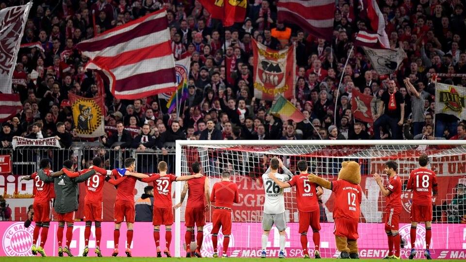Die Spieler des FC Bayern bedanken sich bei ihren Fans