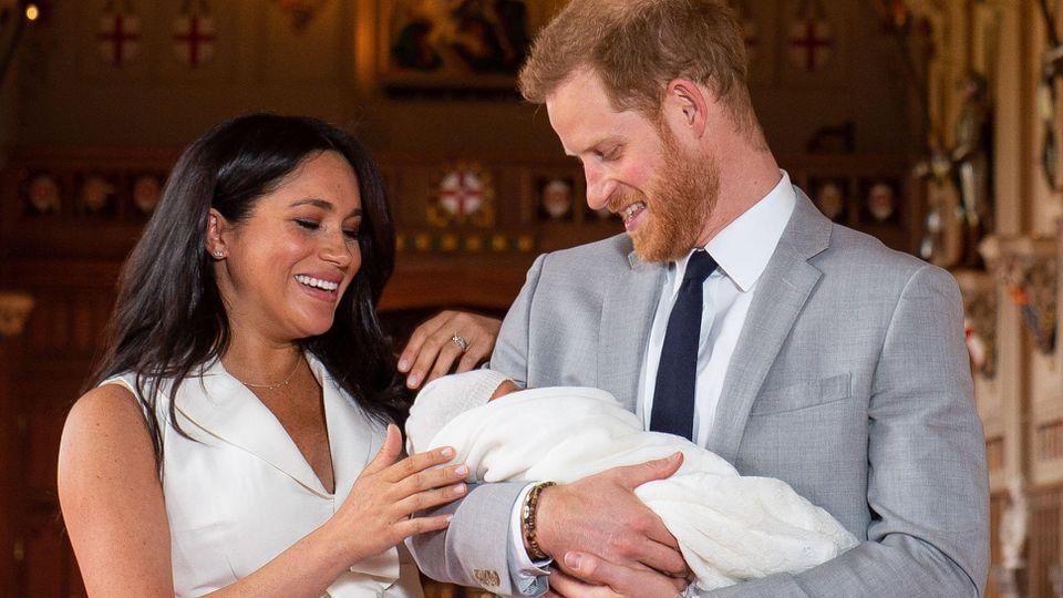 08.05.2019, Großbritannien, Windsor: RECROP - Prinz Harry von Großbritannien und Meghan, Herzogin von Sussex, halten ihren noch namenlosen Sohn in der St. George's Hall im Windsor Castle im Arm. Das noch namenlose, am 06.05.2019 geborene, «Baby Susse