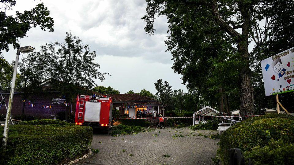 12.06.2019, Brandenburg, Oranienburg: Rettungsfahrzeuge stehen nach einem Unwetter vor einemanwesen auf dem mehrere Menschen durch das Gewitter verletzt wurden. Nach den heftigen Sommergewittern mit Starkregen, Überflutungen und Verkehrsbehinderunge