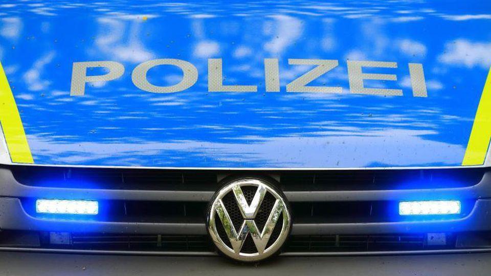 Ein Fahrzeug der Polizei ist im Einsatz. Foto: Jens Wolf/zb/dpa/Archiv/Illustration
